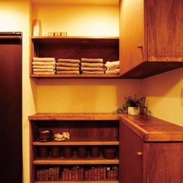 大量のCDと本の収納をメインに考える、アンティーク空間の部屋 脱衣所の収納カウンター