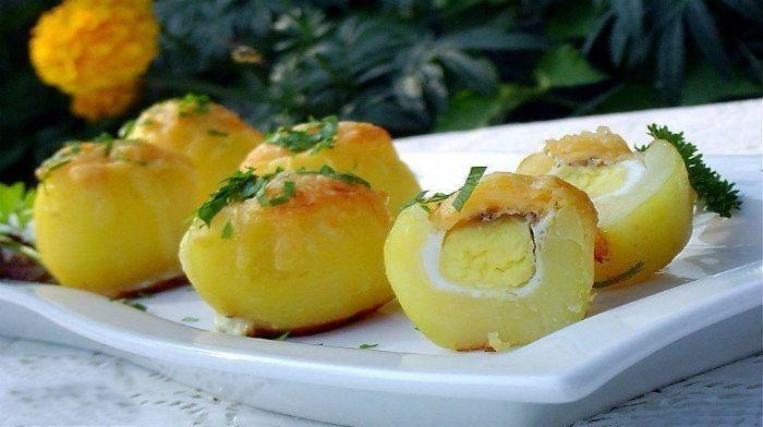 Такой картофель может украсить Ваш праздничный стол и послужит чудесным гарниром, а гостей удивит «сюрприз» — это запеченное внутри картофеля перепелиное яйцо!