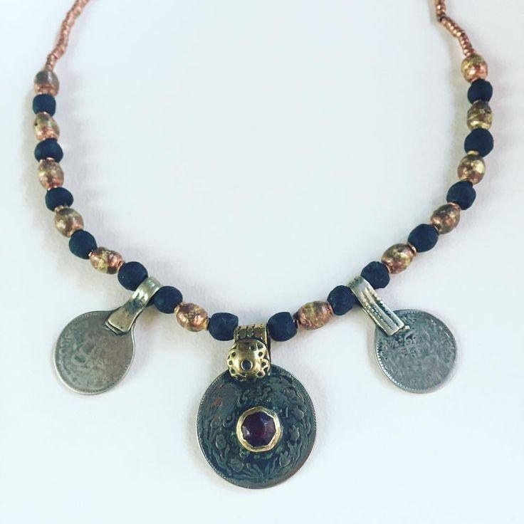 Collar con monedas de Afganistán, cuentas de vidrio de Ghana de color negro y cuentas de cobre procedentes de un rosario de Etiopía •••••••••••••••••••••• #cuentasdeafrica #monedastribales #ethnicjewelry #tribaljewelry #ghanaglassbeads #collares #collars #collarets #necklaces #tribalcoins #ethiopianbrassbeads #ghanaglassbeads #joyeriaetnica #joieriatribal #joieriatribal