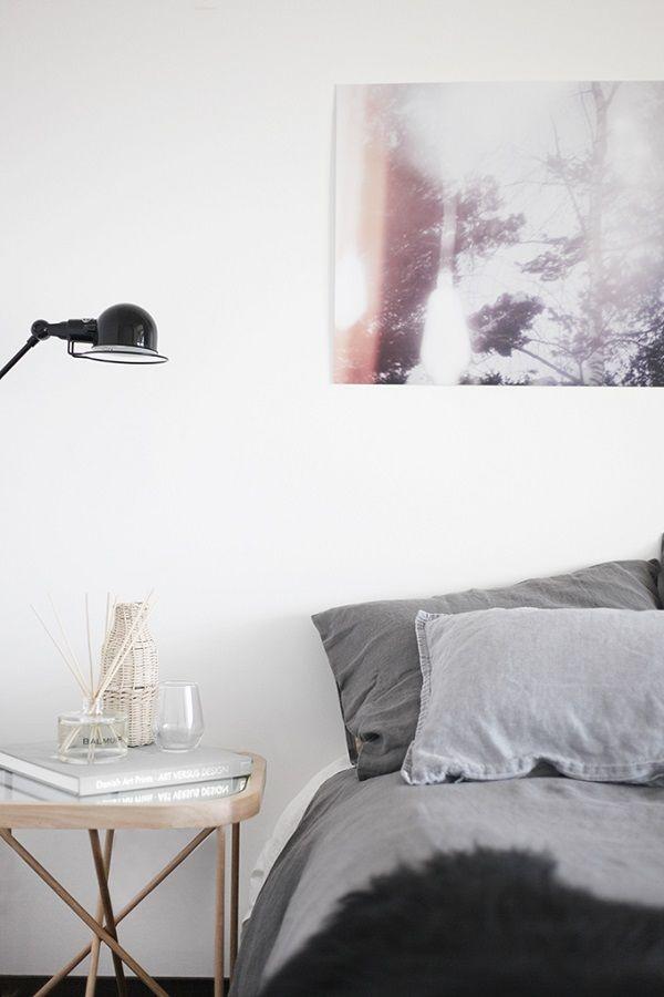 Caldo minimalismo: secondo me è questa l'espressione che traduceal meglioil carattere di questo interno vestito dalla stylist finlandese Susanna Vento. Unappartamento con pareti bianche epochi arredidalle linee pulite, scaldato dai tessuti (che meraviglia il tappeto nella camera da letto!) e da qualche dettagliodi carattere. Inutile dire che non appena mi sono imbattuta in queste foto,...Read More » »