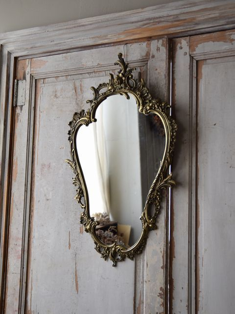 壁面からイメージを高めてくれるフランスのルイ15世スタイルのウォールミラー。