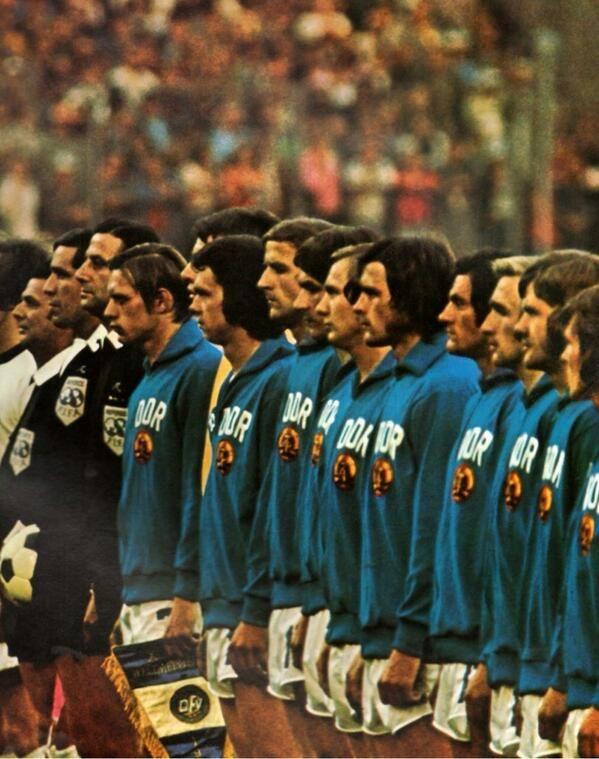 DDR-Fußballmannschaft vor gegen die Bundesrepublik Deutschland in der WM 1974 in West-Berlin mit Blick auf.