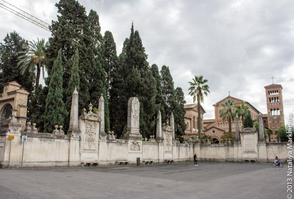 Piazza  dei Cavalieri di Malta. Легенду о корабле воплотил в жизнь архитектор Джованни Баттиста Пиранези (Giovanni Battista Piranesi), который в XVIII веке занимался  реконструкцией  площади и реставрацией сада и церкви.