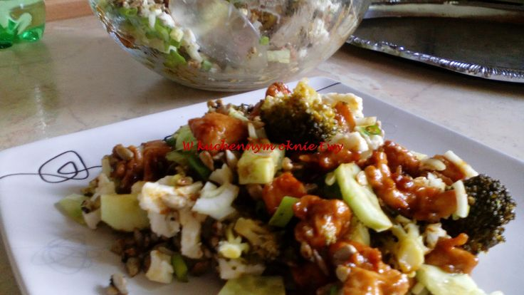 W kuchennym oknie Ewy: Sałatka brokułowa z karmelizowaną piersią z kurczaka