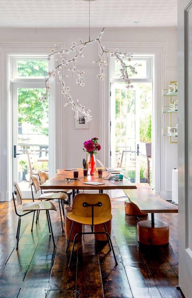 Holztisch und Stühle im industrial style