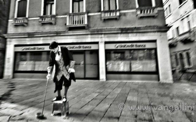 Fotografare é come fermare il tempo. Fotografare significa fermare il tempo quell'attimo che vogliamo ricordare per sempre. (Cit.Ivan G.) #fotografia #immagini #biancoenero