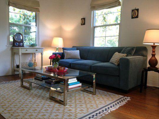 Salon neutre avec touches de doré et touche de couleur (rose) + joli tapis
