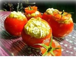 tomates farcies crues 5 grosses tomates grappes 2 courgettes ½ poivron rouge 100 gr de champignons de Paris Basilic frais Recette : Couper le chapeau de la tomate avec la pointe d'un couteau puis le conserver. Vider la tomate et garder sa chair. Dans un robot (mixeur) déposer la chair de la tomate, les courgettes, le poivron, les champignons et les feuilles de basilic. Mixer. Remplir vos tomates avec cette farce crue.