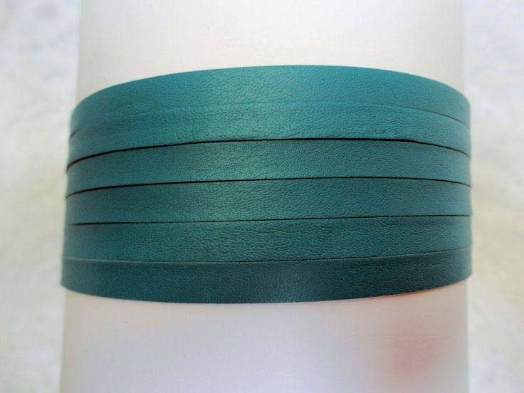 Wow!  Beautiful BC Teal!!  This kangaroo leather lace is available in Canada and in spools of 50 or 100 meters or hanks of 12.5 or 25 meters.  This colour looks so beautiful with Canadian Pink or purple!