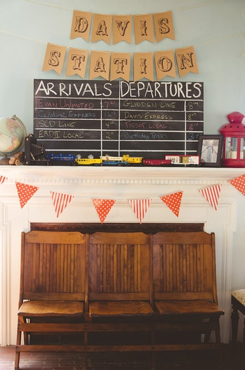 I love the bunting in this picture printed on kraft paper! I might need to do this for several birthday banners or food labels for the party...