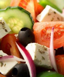 Fresca ensalada griega con queso feta, jitomates y aceitunas. Un sabor mediterráneo delicioso.