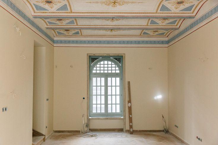 Εσωτερικό δωματίου με διάκοσμο στην οροφή.