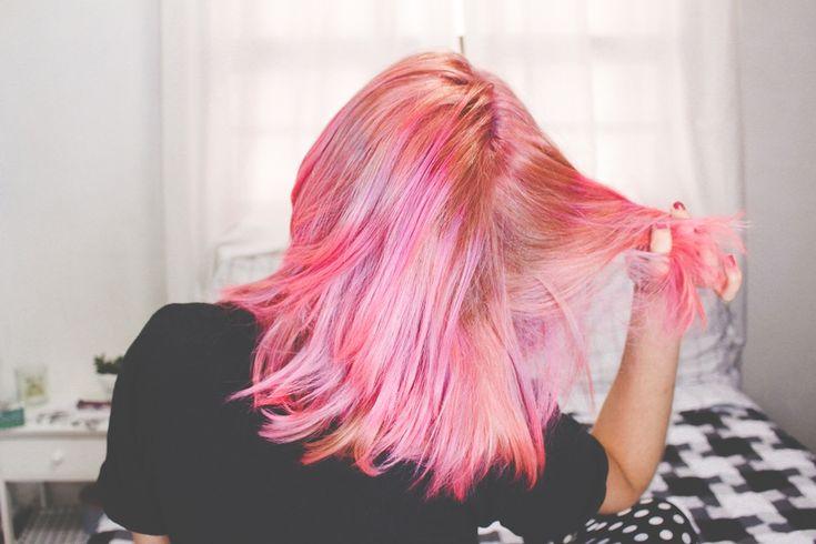Vídeo: Como fazer cabelo rosa usando anilina                                                                                                                                                      Mais