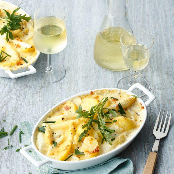 Ob klassisch mit Sauce hollandaise und Kartoffeln als Beilage oder wie hier in der Auflaufform: Die Kombination aus Spargel und Kartoffeln ist unschla...