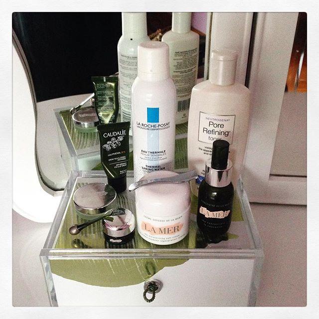 Les comparto mi #morning #routine  para una piel bella y de #diva  Porque así como el #makeup .... No podemos dejar a un lado la piel!!! Así que aquí les dejo unos #tips que se basan básicamente en #limpiar #tonificar y #humectar ---> 1. Luego de limpiar con algún jabón suave (les recomiendo los dirigidos a alérgicos que son suaves y no contienen alcohol). 2. Tonificar con el tónico de preferencia (yo utilizo el #Pore #Refining de #Neutrogena o también el #LaMer) 3. Una vez que la cara esta…