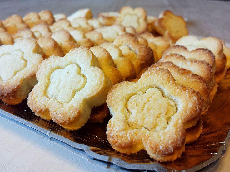 Per iniziare bene la giornata, vi propongo  miei #biscotti al cocco e mandorle light, senza zucchero e senza burro. Buoi, belli e sani
