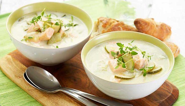 Squashsuppe med laks  Det er vanskeligere å si squash enn å lage en spennende suppe av den. Prøv bare selv, inviter venner på besøk, og sett denne deilige laksesuppen på bordet.   Squashsuppe med laks    250 g laksefilet (u/skinn & bein)1 stk sjalottløk1 ss smør2 grønne squash5 dl fiskebuljong2 ts