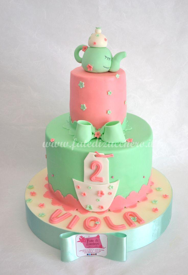Torta Tea Time: con teiera e fiocco 3D ed elementi decorstivi 2D in tema, solo modellati a mano