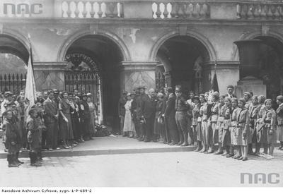 Fotografia grupowa harcerzy przed Grobem Nieznanego Żołnierza.1933r.