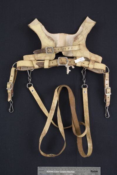 MMT 004403 :: sele, barn, barnsele Leather Harness with two straps with buckles in the back. Recessed portion of the rubber elastic on the front. Two straps with anchor for stroller and a long strap with clamps to hold. Selenium lined inside with white blanket #old #child #harness from #sweden