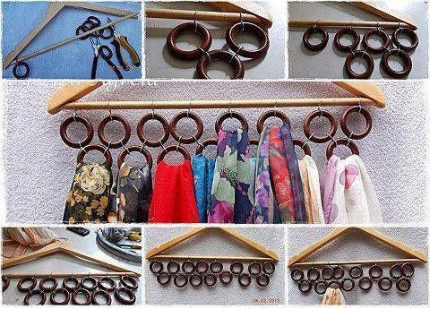 Una percha y argollas de madera, tenemos un accesorio para guardar y ordenar nuestros pañuelos o chalinas