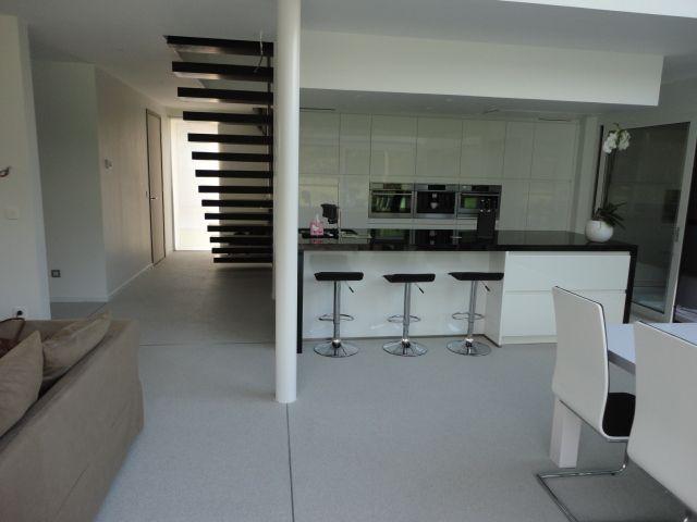 een wit steentapijt met een strak wit  zwart interieur   Floor   Pinterest   Met and Interieur