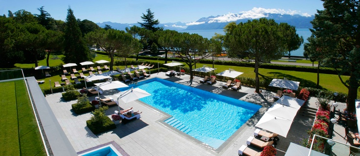 Outdoor pool of the Beau-Rivage Palace with view on Lake Geneva and the Alps