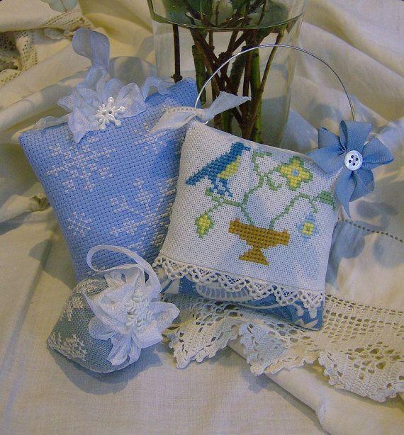 Design tradizionale cross stitch Cuscino di GraceAndWhimsy su Etsy