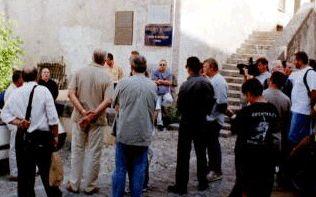 "Pose sur un mur du Palazzu Naziunale  de la plaque ""Cunsulta Naziunale""  le 13 juillet 2002.  Jean-Pierre Santini et Roger Graziani        Paul-Felix Benedetti"