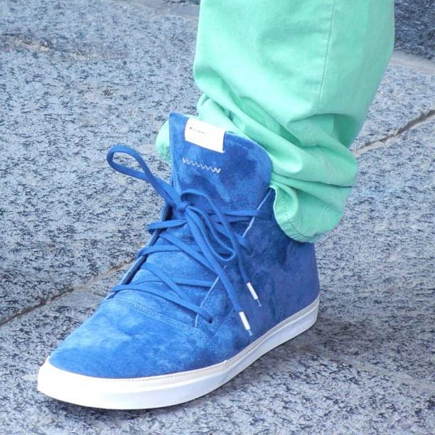Estos tenis azul eléctrico resaltan el tono mentolado de los jeans -El Palacio de Hierro