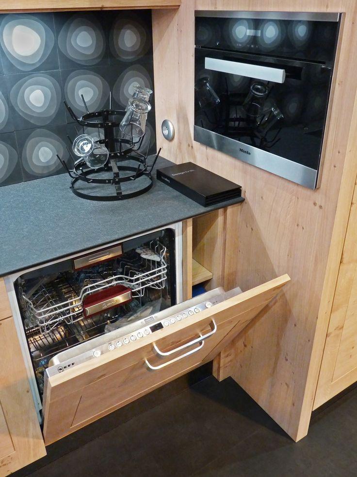 Atelier culinaire , cuisine chêne massif clair, , crédence carreaux de ciment, four vapeur MIELE, étagère, plan de travail granit Z black fashion, lave vaisselle intégré NEFF, niche de rangement produit