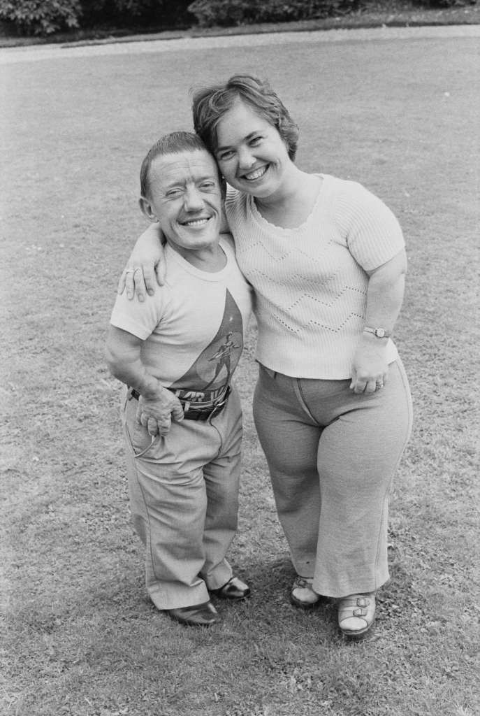 English actors Kenny Baker, who played R2-D2 in the film Star Wars and his wife Eileen Baker posed together at Pinewood film studios in England on 16th August 1977. Photo: United News/Popperfoto, Getty Images / 1977 Popperfoto