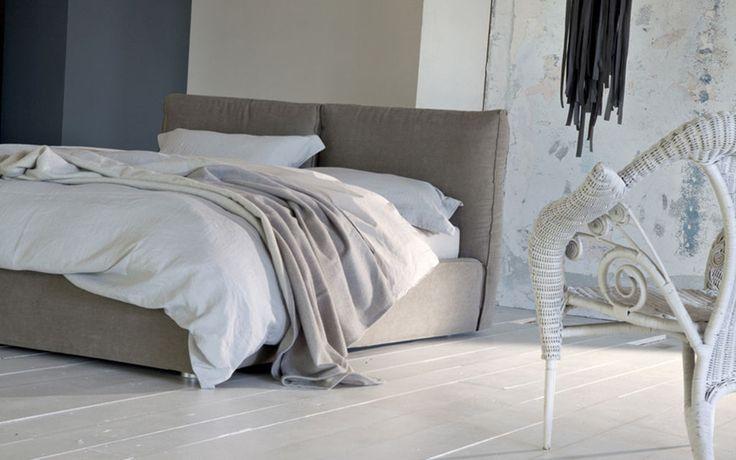 Ada è un letto matrimoniale rivestito in tessuto di Twils, dalla forma soffice e arrotondata.