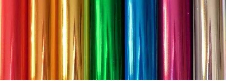 Lámina metaloplástica para conseguir un aspecto metalizado en los diseños sobre camisetas.  Composición de tejido base: Algodón, poliéster o mezcla de ambos. Poco adecuado para poliamida (nylon) o tejidos recubiertos.  Instrucciones de lavado: Temperatura máxima: 40ºC. Usar detergente para ropa delicada, sin blanqueadores y productos de oxidación, para evitar que superficie de metal se estropee y pierde brillo.  Colores foil disponibles: Oro, Plata, Cobre, Fucsia, Rojo, Azul y Verde.