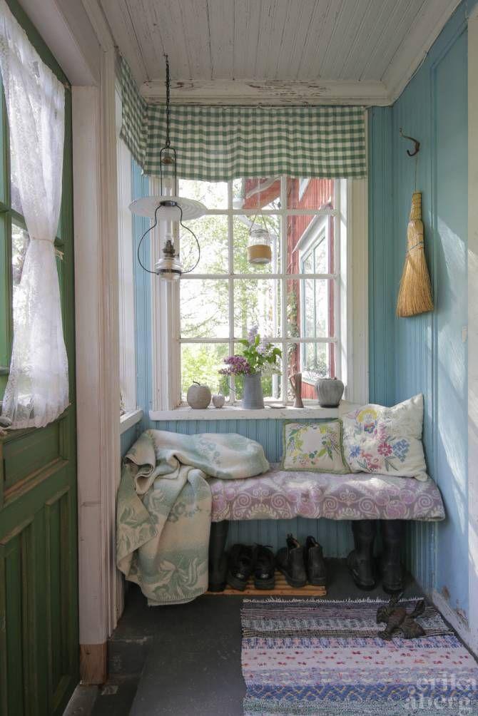 Inglasad veranda med pärlspont. Foto: Erika Åberg #byggnadsvård #gamla #hus #veranda #pardörrar #fönster #pärlspont #loppisfynd