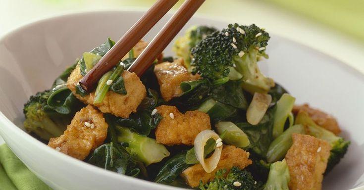 Knuspriger Tofu mit Brokkoligemüse ist ein Rezept mit frischen Zutaten aus der Kategorie Blütengemüse. Probieren Sie dieses und weitere Rezepte von EAT SMARTER!
