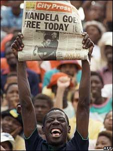 This Day in History:  Feb 11, 1990: Nelson Mandela released from prison http://dingeengoete.blogspot.com/ http://4.bp.blogspot.com/_yAew-pnU04w/S3QFhaH0ITI/AAAAAAAAAdg/6XNJs8qdY_k/s320/_44831717_afp226300.jpg