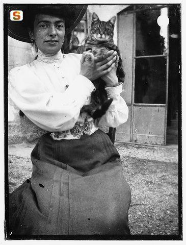 Gattini al governo di internet dalla fine del XIX secolo - Donna, in abito signorile, col gatto