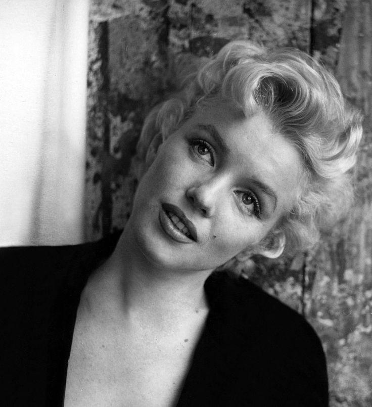 22/02/1956 Black Jacket Sitting par Cecil Beaton - Divine Marilyn Monroe