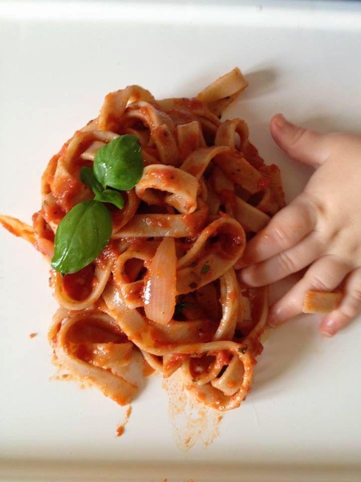 """""""Atak krwiożerczych pomidorów – spaghetti Napoli"""" - Przepisy BLW   Ala'Antkowe BLW"""