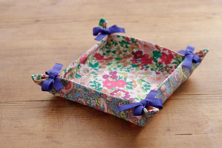両面リバティプリントで作ると華やか。/1リバティプリントの小物とバッグ(「はんど&はあと」2013年10月号)