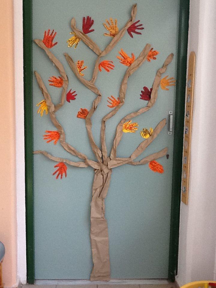 Δέντρο με φθινοπωρινά φύλλα που φτιάξαμε σχεδιάζοντας το περίγραμμα της παλάμης μας - Νηπιαγωγείο Σγουροκεφαλίου