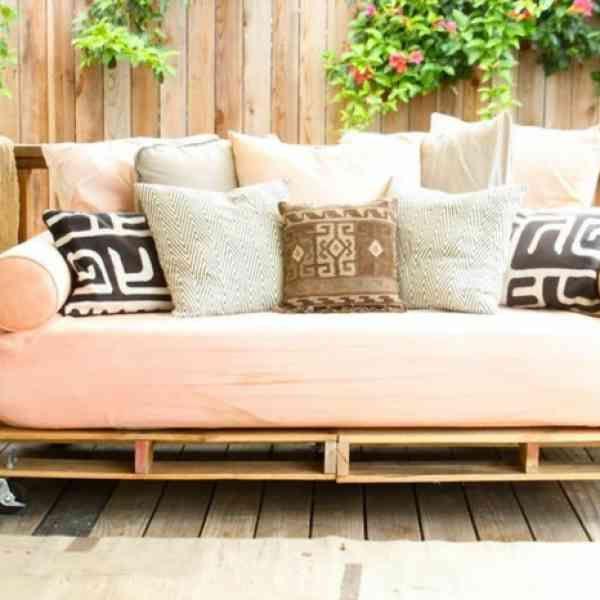 17 best ideas about fauteuil en palettes on pinterest - Comment faire une banquette en palette ...