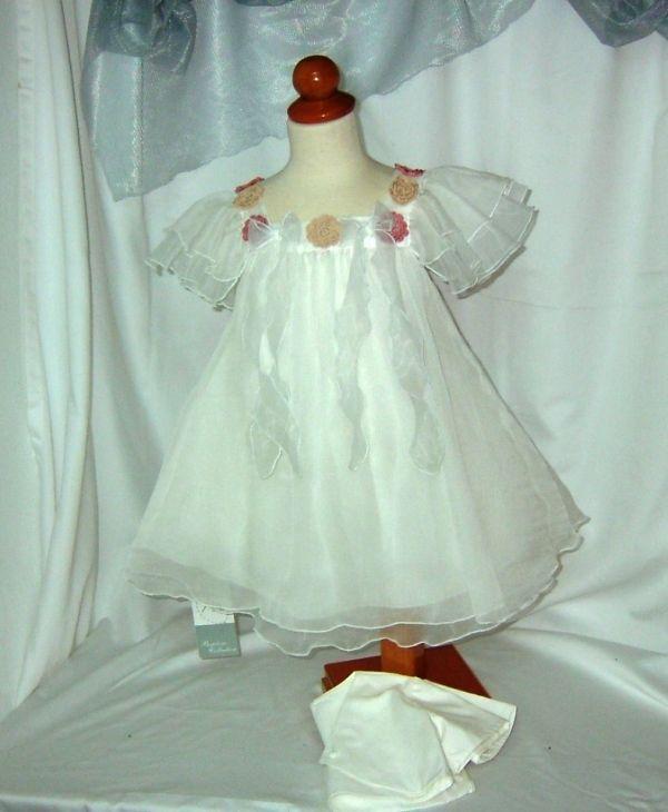 Υπέροχο βαπτιστικό φόρεμα από ταφτά και μετάξι με χειροποίητα πλεκτά λουλουδάκια στο μπούστο.Το σετ βάπτισης ολοκληρώνεται από κάπελο και μπολερό.Το οικονομικό πακέτο βάπτισης σας προσφέρει επώνυμο φόρεμα και αξεσουάρ από τον σχεδιαστή Makis Tselios 279,00 €