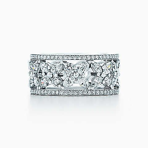 Anneau en corolle de fleur Tiffany Victoria™ en platine et diamants.