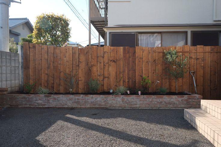 ウッドフェンス完成。 主になる木を植えました。