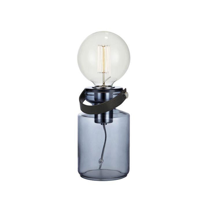 Adrian bordlampa från Markslöjd. Färgat glas med detaljer i läder och metall. 2m sladd med strömbrytare på sladden. Väggkontakt. Stor lamphållare (E27). Max 60W glödlampa eller motsvarande styrka i halogen, lågenergi eller LED. #sänglampor #bedlights #lamp #lampa #lights #markslöjd #interior #interiör #inspiration #sovrum #bedroom