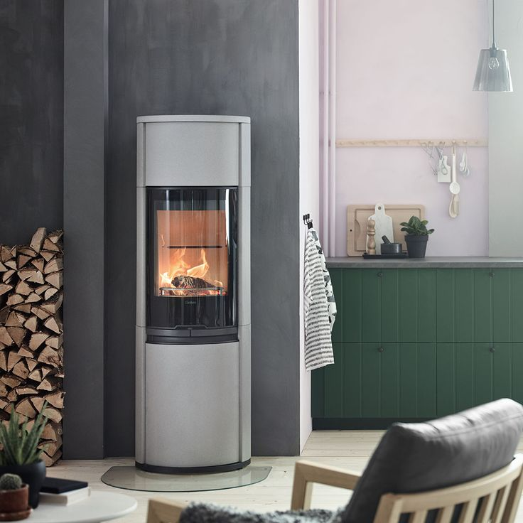 Contura 690AG with artstone that gives the stove a modern, powerful look.#nordichomes #scandinavianhomes #woodburningstove #kitchen #modernliving #logstorage #contura600 #conturastyle