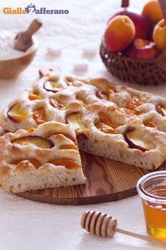 Una FOCACCIA DOLCE con ALBICOCCHE e PESCHE (apricot and peach sweet focaccia) per tutte le ore della giornata! #ricetta #GialloZafferano #italianfood #italianrecipe #focaccia