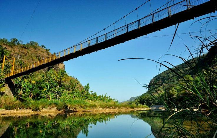 Keunikan serta keberadaan Jembatan Gantung Selopamioro ini menarik banyak para pecinta fotografi untuk datang. Tak jarang tempat ini dijadikan lokasi foto pre-wedding. Lokasi perbukitan dengan segudang pesona yang berbeda dari tempat lain yang khas menjadi alasannya.[Photo by visitkedungmiri.com/]